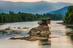 Eenzaam huis op de rivier Drina in Bajina Basta, Servië stock afbeeldingen