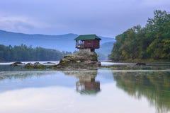 Eenzaam huis op de rivier Drina in Bajina Basta, Servië Royalty-vrije Stock Fotografie