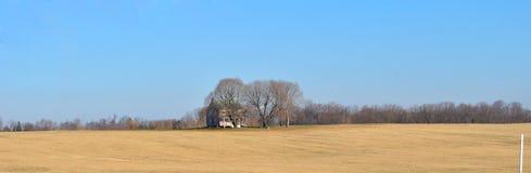 Eenzaam huis op een gebied stock foto's