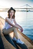 Eenzaam meisje bij rivier Stock Foto's