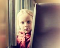 Eenzaam meisje in een trein Stock Afbeeldingen
