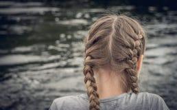 Eenzaam meisje met vlechten Stock Fotografie