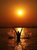 Eenzaam mensensilhouet op zonsondergang Royalty-vrije Stock Foto