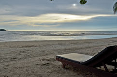 Eenzaam ontspanningsbed op het strand stock foto