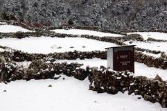 Eenzaam openluchttoilet op een sneeuwdag Stock Foto's