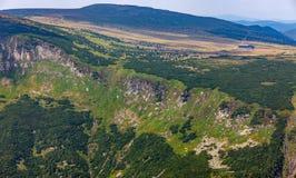 Eenzaam plattelandshuisje in de bergen royalty-vrije stock afbeelding