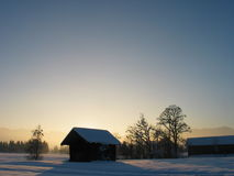 Eenzaam Plattelandshuisje in het Landschap van de Sneeuw met Zonsondergang Royalty-vrije Stock Afbeeldingen