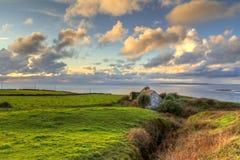 Eenzaam plattelandshuisjehuis bij de oceaan Royalty-vrije Stock Afbeeldingen