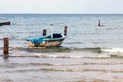 Eenzaam schip bij het strand royalty-vrije stock afbeeldingen
