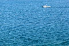 Eenzaam schip in het midden van de oceaan stock foto