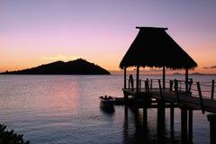 Eenzaam silhouet die zonsondergang bekijken Royalty-vrije Stock Foto