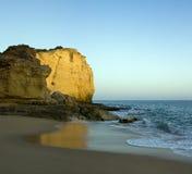 Eenzaam strand, Algarve, Portugal stock foto's
