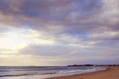 Eenzaam strand bij zonsondergang stock foto