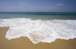 Eenzaam strand met zachte golven Stock Fotografie