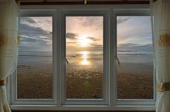 Eenzaam strand in venstermening van toevlucht royalty-vrije stock foto's