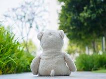 Eenzaam Teddy Bear Sitting op de de gangmanier of weg royalty-vrije stock foto's