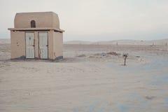 Eenzaam toilet in een woestijn stock afbeelding