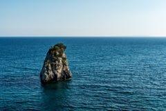 Eenzaam verlaten eiland in blauwe Ionische Overzees royalty-vrije stock foto's