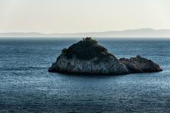 Eenzaam verlaten eiland in blauwe Ionische Overzees royalty-vrije stock afbeeldingen