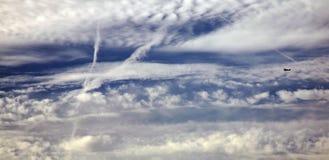 Eenzaam vliegend vliegtuig Stock Afbeeldingen