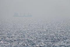 Eenzaam vrachtschip royalty-vrije stock foto's