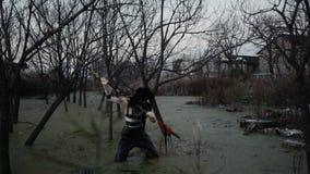 Eenzaam vuil Chinees meisje die in vuil moeras vissen Verontreiniging, sociaal probleem, art. stock footage