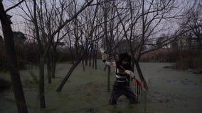 Eenzaam vuil Chinees meisje die in vuil moeras vissen Verontreiniging, sociaal probleem, art. stock videobeelden