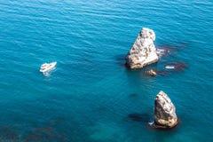 Eenzaam wit jacht tussen rotsachtig Eiland de Zwarte Zee in de Republiek van de Krim Royalty-vrije Stock Afbeeldingen