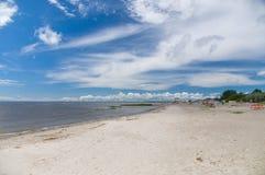 Eenzaam zandstrand van Parnu-stad, Estland royalty-vrije stock afbeelding