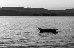 eenzaamheid Eenzame boot in Vilaboa stock foto