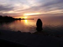 Eenzaamheid en zonsondergang stock afbeelding