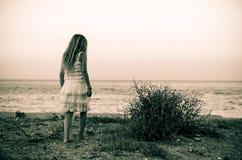 Eenzaamheid op het strand bij zonsondergang Royalty-vrije Stock Foto