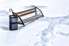 Eenzame bank in de wintersneeuw behandeld park Stock Foto