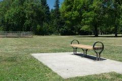 Eenzame bank in een park Royalty-vrije Stock Afbeelding