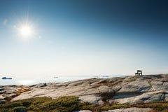 Eenzame bank op de kust van de Atlantische Oceaan in Groenland stock afbeeldingen