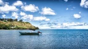 Eenzame boot in de baai van Umatac, Guam Stock Fotografie