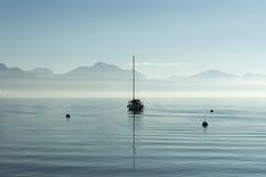 Eenzame boot in een meer Stock Foto