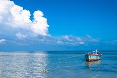 Eenzame boot in het overzees Stock Afbeelding