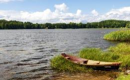 Eenzame boot op het meer Stock Foto