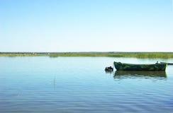 Eenzame boot op het meer stock afbeeldingen