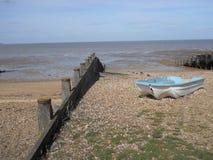 Eenzame Boot op het Strand in Sunny Day Stock Fotografie