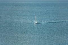 Eenzame Boot op Oceaan met Exemplaarruimte royalty-vrije stock foto