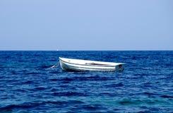 Eenzame boot op yheoverzees 1 Royalty-vrije Stock Foto