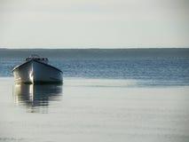 Eenzame die boot in de baai tijdens eb wordt vastgelegd Royalty-vrije Stock Foto