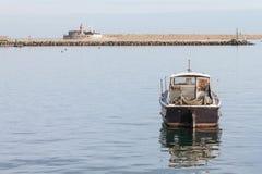 Eenzame die Vissersboot in Steenhaven wordt verankerd Royalty-vrije Stock Afbeelding