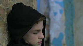 Eenzame droevige tiener die zijn gezicht, kolonie voor jeugdovertreders verbergen, straf stock videobeelden