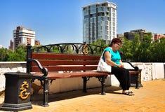 Eenzame droevige vrouw op de bank stock afbeeldingen