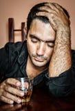Eenzame en wanhopige gedronken Spaanse mens stock afbeeldingen