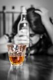Eenzame en wanhopige gedronken Spaanse vrouw stock foto