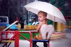 Eenzame engel bij de stad Stock Foto